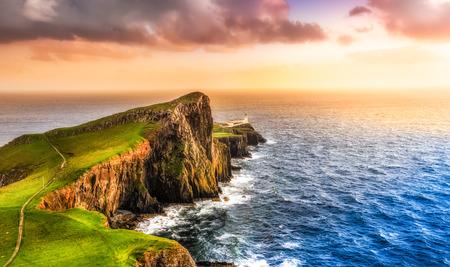 Neist ポイント灯台、スコットランド、イギリスのカラフルな海海岸パノラマの夕日