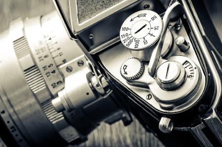 Detail der alten klassischen mechanischen Kamera wählt im Vintage-Stil Schwarz-Weiß Standard-Bild - 29909193