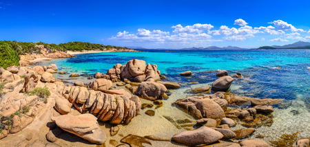 Prachtige oceaan kustlijn panorama met stranden in Costa Smeralda, Sardinië, Italië