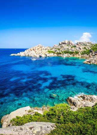 Schönen felsigen Meeresbucht mit türkis Wasser, Sardinien, Italien Standard-Bild - 30809207