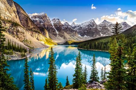 Landschaft Sonnenuntergang Blick auf Morain See und Gebirge, Alberta, Kanada Standard-Bild - 31730377