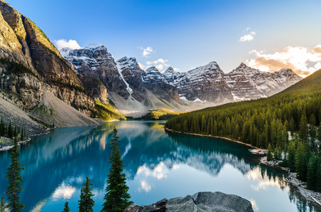 캐나다 록키 산맥에서 일몰 모레 인 호수와 산맥의 풍경보기