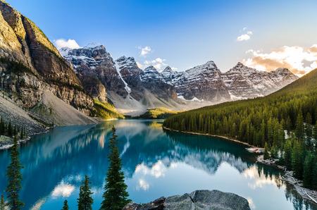 jezior: Krajobraz widok na Jezioro Moraine i pasmo górskie na zachodzie słońca w kanadyjskich Górach Skalistych