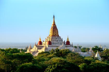 templo: Vista panorámica del templo budista Ananda en la antigua zona de Bagan, Myanmar Birmania