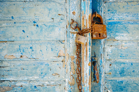 Old rusty padlock and chain on weathered textured door 免版税图像 - 45296434