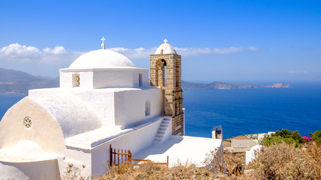 paisaje mediterraneo: Vista panorámica de la iglesia tradicional griego de las Cícladas y el mar, Plaka, isla de Milos, Grecia Foto de archivo