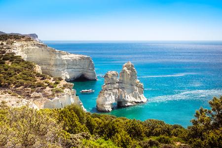 ギリシャ ミロス島クレフティコ岩の多い海岸線の美しい風光明媚な海景ビュー 写真素材