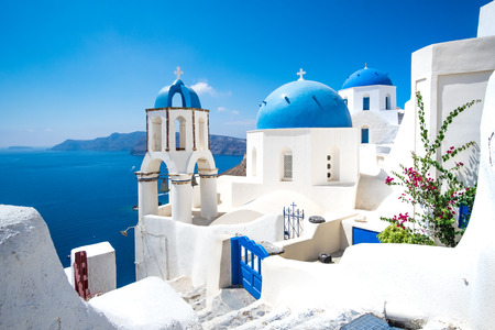 Scenic view of traditional cycladic white houses and blue domes in Oia village, Santorini island, Greece Standard-Bild