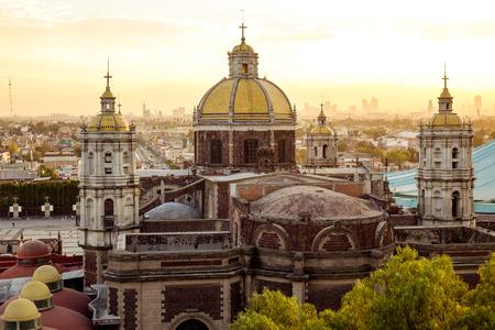 Vue panoramique de la Basilique de Guadalupe avec le Mexique horizon de la ville au coucher du soleil, Mexique Banque d'images - 51540758