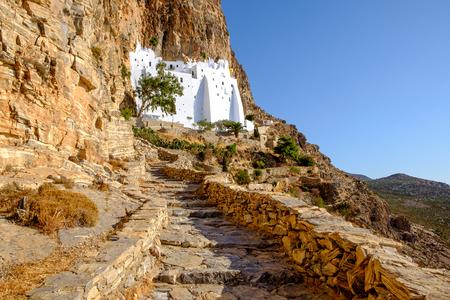 monasteri: Vista panoramica del monastero di Panagia Hozovitissa sull'isola di Amorgos, Grecia Archivio Fotografico