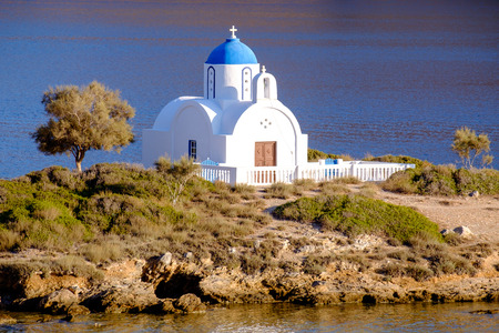 paisaje mediterraneo: Vista del paisaje de la iglesia ortodoxa blanca en la playa mediterránea, la isla de Amorgos, Cícladas, Grecia