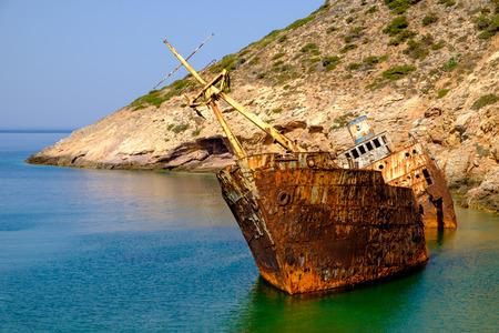 Vista panorámica del naufragio oxidado abandonado, isla de Amorgos, Cícladas, Grecia