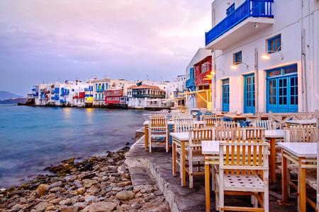 Hermoso amanecer en la Pequeña Venecia en la isla de Mykonos, Cícladas, Grecia Foto de archivo
