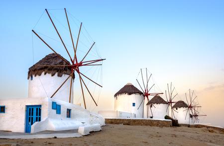 일출, Cyclades, 그리스 미코노스 섬에 전통적인 그리스 풍차의 경치를 볼
