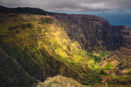 ナパリ海岸、崖、谷、カウアイ島、ハワイ、米国の劇的な風景を見る 写真素材