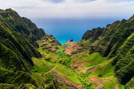 崖と緑の谷、カウアイ島、ハワイ、米国の空中風景を見る