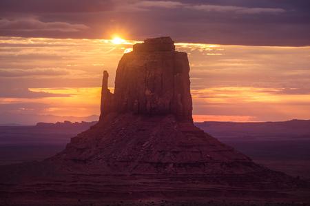 Beautiful sunrise landscape at Monument valley national park, with sun flare, Arizona, USA 免版税图像