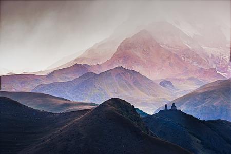 폭풍, 코 카 서 스 산맥, 조지아 동안 Kazbegi에서 Tsminda Sameba 교회의 조 경 전망