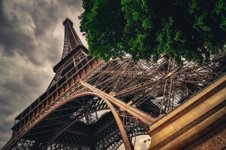 View of Eiffel tower in Grungy dramatic style, Paris, France 免版税图像