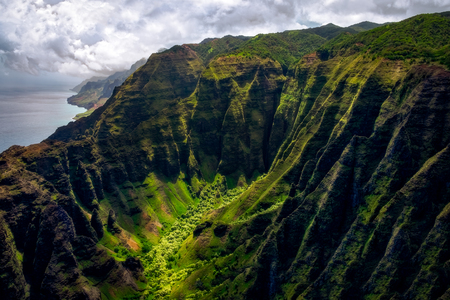 Landscape view of Na Pali coastline cliffs in dramatic style, Kauai, Hawaii, USA 免版税图像