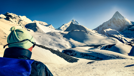 Mountain trekker in high snowed mountains looking in the distance, Himalayas, Nepal Zdjęcie Seryjne