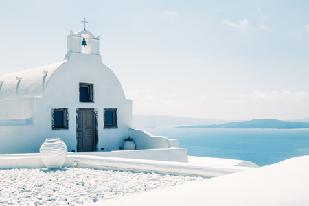 Traditional mediterranean white church in minimalistic design and bright colors, Oia, Santorini, Greece, Europe 免版税图像