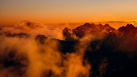 Panoramic landscape view of colorful clouds and mountains at sunrise, High Tatras, Slovakia, Europe 免版税图像 - 131729573