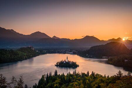 Colorful landscape sunrise at Lake Bled with autumn foliage, Slovenia, Europe 免版税图像