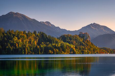 Scenic view of Lake Bled and the castle with colorful autumn foliage, Slovenia, Europe 免版税图像