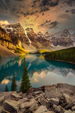 Landscape view of Moraine lake and mountain range at sunset in Canadian Rocky Mountains 免版税图像 - 136550172