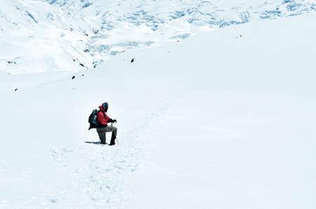 Mountain trekker struggling through the snowed landscape, Himalayas, Nepal 免版税图像 - 151576865