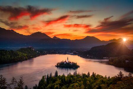 Colorful landscape sunrise at Lake Bled dramatic sky, Slovenia, Europe 免版税图像