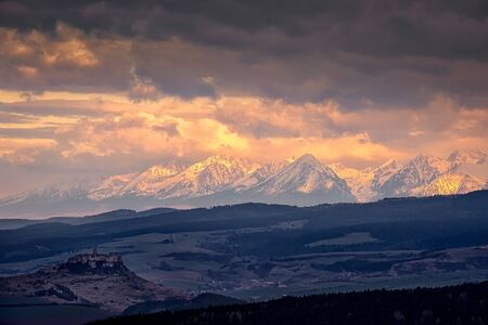 Mountain range landscape view with Spis castle at sunrise, High Tatras, Slovakia, Europe 免版税图像 - 145809587