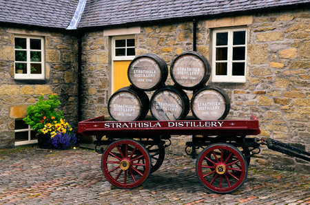 KEITH, UNITED KINGDOM - SEPTEMBER 6 2013: Wooden whisky barrels on an old cart in Strathisla distillery, Keith, United Kingdom 免版税图像 - 158643190