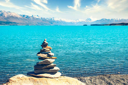 Landscape view of colorful lake Pukaki, stones pyramid and Mt Cook in distance, South Island, New Zealand 免版税图像