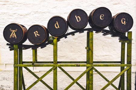 ISLAY, UNITED KINGDOM - 25 August 2013: Ardbeg distillery sign from whisky barrels, Islay, United Kingdom 免版税图像 - 158643189