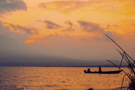 Barco de pesca contra un atardecer dorado, el lago Naivasha, Kenia