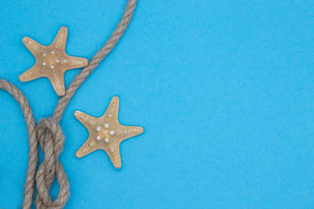 Top view starfish and rope, summer sea composition on a blue background Banque d'images