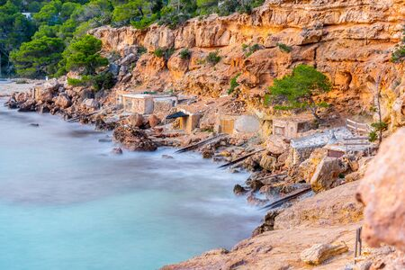Cala Salada et Saladeta à San Antonio Abad aux Îles Baléares en Espagne. Maison typique pour bateaux de pêche et rochers. Banque d'images