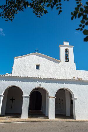 Old White Church of Sant Mateu de la Albarca, Ibiza, Spain. Banque d'images - 134804162