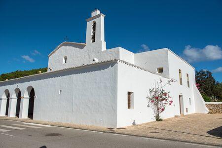 Old White Church of Sant Mateu de la Albarca, Ibiza, Spain. Banque d'images - 134804198