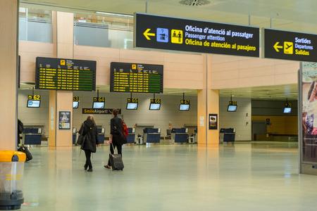 Ibiza, Spanien: 2019 November 04: Hall Principal der Hochebenen des internationalen Flughafens Ibiza mit extrem dramatischer Hintergrundbeleuchtung, Ibiza, Baleareninsel