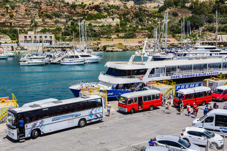 CIRKEWWA, MALTA - 2019 May 15: Ferry crosses the Gozo channel in Cirkewwa, Malta on may 15, 2019. The Gozo Channel Line operates the crossing between the two islands of Malta and Gozo. 新聞圖片