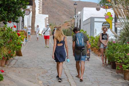Betancuria, Fuerteventura, Spain: 2020 October 6: Toursit walk in Bentancuria on the island of Fuerteventura in Spain in summer. 新聞圖片