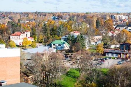 Kleinstadtpanoramablick von oben. Lettland. Valdiera