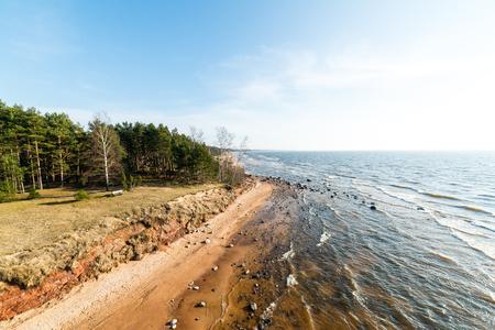 Kustlijn van de Baltische zee strand met rotsen en zandduinen onder de wolken Stockfoto
