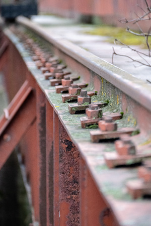 old red metal bridge over water. rusty details and close ups Stockfoto