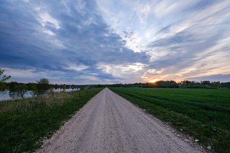 Campo de grava sucia camino de ripio en verano, naturaleza coloreada