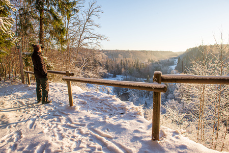 metal bridge over the river in country in winter frost Imagens