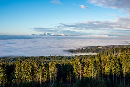 dramatische wolken boven het tatragebergte in slowakije. zomerlandschap met mist
